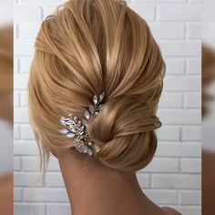 39 Fab Bridal Hair Style Ideas For Every Lenght! Is there hair in order? Here's the key point. Your hair is long or short, you know that each model will look very stylish. But you have to decide on a single model and it is very worrying to know that. Easy Bun Hairstyles, Short Hair Updo, Wedding Hairstyles, Short Hair Styles, Amazing Hairstyles, Hairstyles Videos, Creative Hairstyles, Hair Blog, Bridesmaid Hair