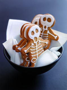 Spooky and delicious Halloween treats, ranging from Dracula Dentures to Cobweb Cakes, Gingerbread Skeleton Houses to Ghost Cookies. These adorable desserts are perfect for your fright night party this Halloween, and so easy - its scary! Bolo Halloween, Postres Halloween, Halloween Baking, Halloween Desserts, Halloween Food For Party, Halloween Cookies, Easy Halloween, Halloween Treats, Halloween Skeletons