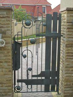 Garden Gates And Fencing, Garden Doors, Metal Gates, Wrought Iron Fences, Iron Gate Design, Fence Design, Iron Stair Railing, Metal Art Sculpture, Metal Garden Art