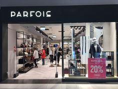 The newly-opened Parfois store inside the Warsaw's Wola Park welcomed its first guests on the zero level in late 2016. The Portuguese brand that offers fashion accessories for women occupies an area of 135 square metres. This new establishment marked the 9th branded store in the Polish capital.  #parfois #warsaw #thelocationgroup #shopopening #storeopening #elocations