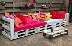 Bekijk de foto van suusjexxx met als titel de ideale loungeplek! pallets aan elkaar maken, afwerken met een schuttingdeel. matras en kussens erop en klaar! en andere inspirerende plaatjes op Welke.nl.