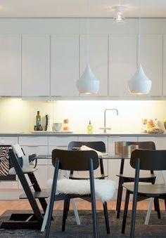 Vitt kök med svarta stolar
