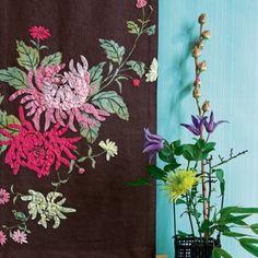 Un panneau en tissu d�cor� de chrysanth�mes
