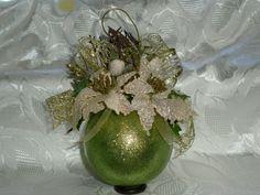 Sfera glitterata verde con fiori applicati