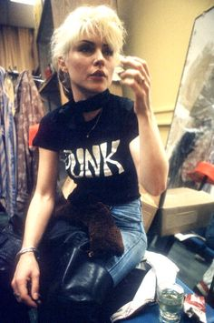 Singer Debbie Harry backstage before a concert with her New Wave pop band 'Blondie' backstage in 1977 in New York New York