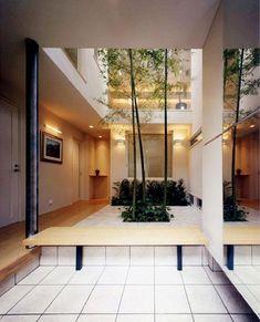 鮮やかな竹が迎える玄関(『世田谷S邸』鮮やかな竹のアプローチを持つ家) - 玄関事例|SUVACO(スバコ)