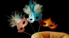 how to: miniature masquerade masks polymer clay tutorial Polymer Clay Miniatures, Fimo Clay, Polymer Clay Projects, Miniature Crafts, Miniature Dolls, Miniature Houses, Minis, Biscuit, 3d Figures