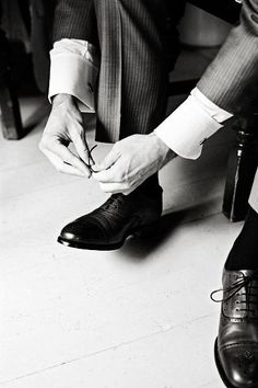 wedding photography - luna photo - real wedding - sarah  andrew - groom - getting ready - wedding shoes