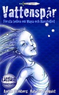 """LÄTTLÄST FANTASY!VATTENSPÅR är den första delen av fem i den lättlästa fantasyserien om Maya och Havsfolket. Maya vaknar tidigt i gryningen av ljud från grannens gård.Hon blir glad. En familj är på väg att flytta in!Det är över ett år sedan någon bodde i grannhuset. Men vad är det med tolvårige Yaz och hans familj?Varför badar de i havet mitt i natten?Varför slår det gnistor i vattnet vid deras brygga?""""En riktigt bra fantasy som med sin korta, luftiga text och uttrycksfulla bilder drar n..."""