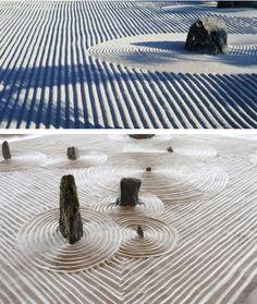 Karesansui - ou jardim zen - ele não possui plantas , só areia o que representa a água . Pedras simbolizam montanhas e formam ilhas . Os sulcos na areia simbolizam o movimento na água . ( REVISTA ana maria abril 2014)