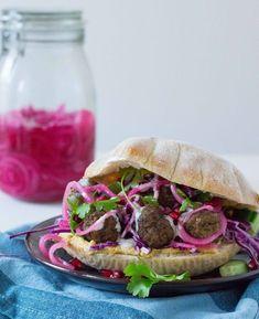 Hjemmebagte pitabrød med krydrede kødboller og syltede rødløg - Pilens KøkkenPilens Køkken