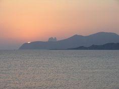 Sunset, Puesta de sol en Platja Es Codolar - Ibiza, un mágico atardecer aparece ante tus ojos, pic.twitter.com/80TnoptBaM Ibiza Sunset, Twitter, David, Mountains, Usa, Nature, Travel, Sunsets, Eyes