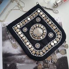 «Хаппар» — маленькая сумочка — подвеска, которую якуты использовали для складывания разных мелочей (вместо карманов). Представленные сумочки могут служить сумкой для телефона, для ключей и других нужных вещей.  Основа сумочки сшита из сукна, украшена заклепками и узорами из бисера. Очень оригинально и красиво смотрится как дополнение к повседневной или нарядной одежде. Хороший подарок по поводу и без.  #хаппар #сумочка #сахалыы #кэрэбэлэх