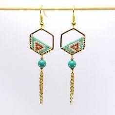 Boucles d'oreille hexagone en métal doré et motif Miyuki vert clair, blanches, et or rose, perle de verre vert clair et chaine en métal doré