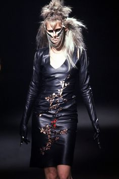 STELLA TENNANT @ IT'S A JUNGLE OUT THERE, ALEXANDER MCQUEEN F/W 1997 Fashion Line, Punk Fashion, Fashion Show, Alexander Mcqueen Savage Beauty, Stella Tennant, Alexander The Great, British Style, Timeless Fashion, Spring Fashion