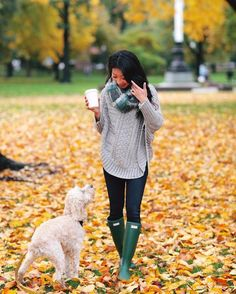 Anthropologie petite poncho sweater Fall casual outfit idea for rainy day // cable poncho sweater, infinity scarf, skinny jeans, hunter tour boots Green Hunter Boots, Hunter Boots Outfit, Outfit Vestido Negro, Outfits Pantalon Negro, Casual Fall Outfits, Fall Winter Outfits, Autumn Winter Fashion, Fall Fashion, Bermudas
