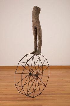 Magdalena Abakanowicz, mała figura z wielokątem, 1992, tkanina jutowa, żywica, metalowa konstrukcja