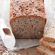 Ekspresowy i prosty chleb razowy pszenno-żytni, na drożdżach, z dużą ilością siemienia lnianego, słonecznika i otrąb.