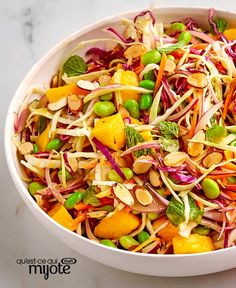 Salade de chou asiatique à la mangue et aux edamames #recette Ethnic Recipes, Food, Roasted Almonds, Salads, Asian Slaw, Healthy Slow Cooker, Mango, Sprouts, Recipes