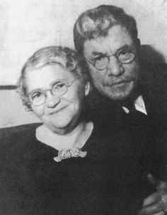 Solomon and Jennie Horwitz - Mom and Dad of Shemp, Moe, and Curly of the legendary Three Stooges comedy team.  What a cute couple! <3