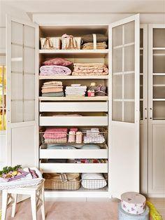 Armario de ropa de la casa con puertas abiertas