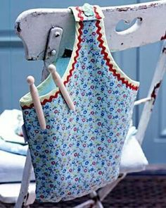 Because even pegs need a home. Previous pinner said of this DIY 'Bucket bag peg bag - use pillow case bag pattern' Fabric Crafts, Sewing Crafts, Sewing Projects, Clothespin Holder, Peg Bag, Diy Sac, Vintage Laundry, Sewing Hacks, Sewing Patterns