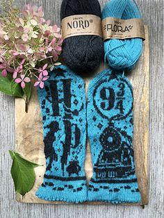 Ravelry: Harry Potter 2 pattern by Lotta Lundin Knitted Socks Free Pattern, Fair Isle Knitting Patterns, Mittens Pattern, Knitting Charts, Knit Mittens, Harry Potter Knit, Harry Potter Images, Crochet Chart, Knit Crochet