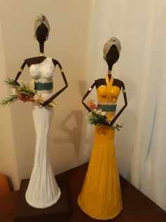 African Women, African Art, African Figurines, Quilling Dolls, African Paintings, Paper Mache Crafts, Newspaper Crafts, Crafts To Do, Contemporary Art