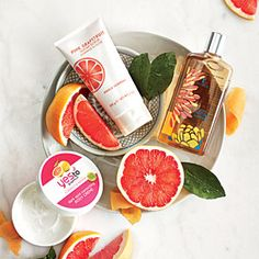 Grapefruit Beauty Products: Merle Norman Pink Grapefruit Sugar Scrub -- Dry skin gets the squeeze with this skin exfoliator, which uses sugar to scrub and grapefruit to freshen. Beauty Advice, Beauty Care, Hair Beauty, Natural Hair Mask, Natural Hair Styles, Beauty Hacks That Actually Work, Skin Mask, Pink Grapefruit, Healthy Fruits