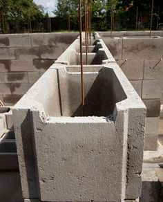 A retaining wall made of Schalsteinen is inexpensive and also built quickly . - A retaining wall made of Schalsteinen is inexpensive and also built quickly. How it works and what - Pergola Screens, Diy Pergola, Outdoor Sofa, Outdoor Furniture Sets, Outdoor Decor, Club Football, Concrete Building Blocks, Piscine Diy, Cinder Block Walls