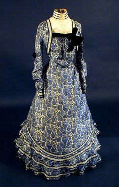 Blue paisley print dress, circa Wish I had the waist for it. Victorian Era Dresses, Victorian Gown, 1890s Fashion, Edwardian Fashion, Vintage Gowns, Vintage Outfits, Paisley Print Dress, 19th Century Fashion, Old Dresses