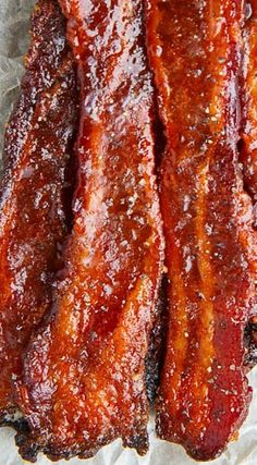 Maple Candied Bacon Crispy maple and brown sugar candied bacon that is the perfect combination of sweet and salty! Jerky Recipes, Bacon Recipes, Brunch Recipes, Breakfast Recipes, Cooking Recipes, Bacon Meals, Brunch Food, Bacon Breakfast, Bacon Appetizers