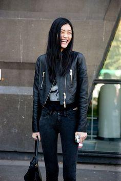 Street Style: Modelos Off Duty. Volumen 1, París.Nos encanta: la chaqueta perfecto, la camiseta estampada y los skinnies con lejía. Y su sonrisa.