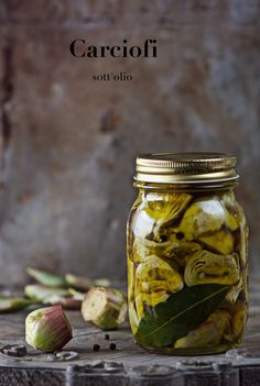 the belly of the wolf: Artichokes in oil Homemade Seasonings, Homemade Food, Pickle Jars, Yummy Food, Good Food, Appetisers, Antipasto, Kimchi, Finger Foods