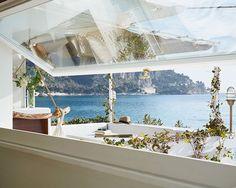 Si te quieres levantar con estas vistas no te pierdas el post de hoy! Pincha en el link de la bio  . . . . .  #ebomworld #deco #decoracion#home#interiordesign #exteriordecor #exteriordesign #livingroom #Italy #travel  #colorful #humbertetpoyet #architecture