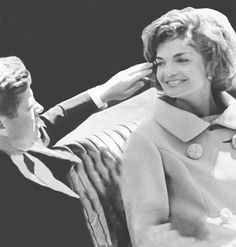 John and Jackie Kennedy Les Kennedy, Jacqueline Kennedy Onassis, Jackie Kennedy, Presidents Wives, Greatest Presidents, John Fitzgerald, Head Of State, Vintage Glamour, Jfk