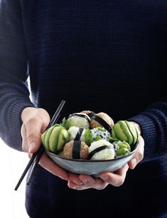 Sushi rice is not just for making sushi! Another cool way to use it is making Onigiri, aka Japanese stuffed rice balls. They are easy to make and are perfectly customizable. Vegan Vegetarian, Vegetarian Recipes, Healthy Recipes, Eating Vegan, Desserts Keto, A Food, Food And Drink, Vegan Fish, Rice Balls