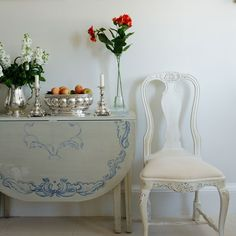 DIY: Paint a table in gray white with a pretty blue border. Very Swedish and lovely!