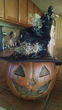 Grunged up plastic pumpkin halloween pumkin ideas Halloween Pumkin Ideas, Halloween Yard Decorations, Halloween Projects, Holidays Halloween, Halloween Crafts, Holiday Crafts, Primitive Halloween Decor, Primitive Fall, Halloween Porch