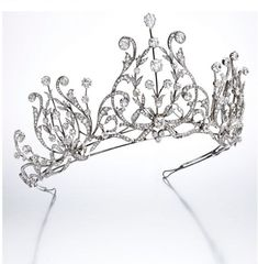 Again from Sotheby's 16 November 2016, a gorgeous diamond 1915 festoon-style tiara, featuring three elaborate foliate lyre-motifs