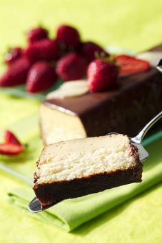 Préchauffez le four Th.6 (180°C). Mélangez le lait concentré, la noix de coco, les œufs entiers et le lait. Versez le tout dans un moule à cake, recouvrez d'un papier d'aluminium. Faites cuire au four au bain-marie environ 1h. Laissez refroidir ce flan. Dans une petite casserole, portez à ébullition la crème liquide. Versez-la dans un saladier contenant le chocolat cassé en morceaux. Patientez quelques minutes, puis mélangez jusqu'à l'obtention d'un chocolat lisse. Nappez ...
