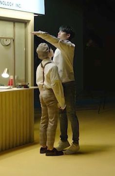 Woozi and Mingyu.I remember that scene so much 😂😂😂 he kicked mingyu after that Going Seventeen, Seventeen Memes, Mingyu Seventeen, K Pop, Diecisiete Memes, Vernon Chwe, Hip Hop, Choi Hansol, Won Woo