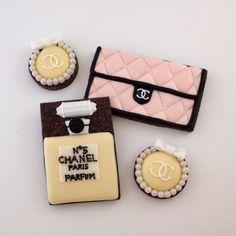 アイシングクッキーのレッスン・オーダーメイド販売。 Chanel Cookies, Chanel Cake, Chanel Party, Fun Cookies, Cupcake Cookies, Sugar Cookies, Cupcakes, 13th Birthday Parties, Cookie Icing