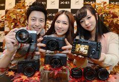 후지필름은 하반기 주력 신제품으로 내세울 최신형 프리미엄 렌즈 교환형 카메라 'X-E1'을 전 세계에 공개하고  동시에 XF 렌즈 2종 XF18-55mm F2.8-4R LM OIS와 XF14mm F2.8R도 발표했습니다.    이번에 선보인 X-E1은 후지필름의 첫 번째 프리미엄 렌즈 교환형 카메라 X-Pro1의 명성을 잇는 제품으로,   후지필름에서는 이번 X-E1 출시를 통해 국내 렌즈 교환형 카메라 시장 공략을 더욱 가속화할 계획인데요.    X-E1과 XF 18-55mm 렌즈는 오는 11월, XF14mm 렌즈는 12월 한국 시장에 정식으로 출시될 예정이며, 가격은 미정입니다.   X-E1의 자세한 정보는 블로그에서 확인하실 수 있습니다!^^     http://blog.naver.com/fujifilm_x/150146686476