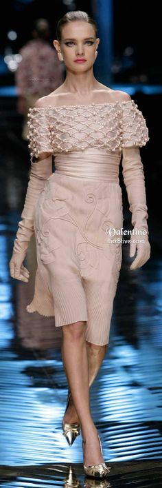 After dressing the worlds most fabulous women in exemplary couture for 45 years, Valentino said his last goodbyes to the Fashion World with this final couture collection. Couture Fashion, Runway Fashion, Fashion Show, Valentino, Pretty Dresses, Beautiful Dresses, Mode Blog, Italian Fashion Designers, High End Fashion