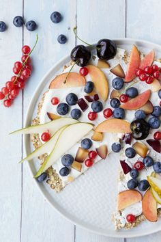 You only need 3 ingredients and 10 minutes for the breakfast pizza. The pizza is topped with fresh fruit and a yoghurt cream You only need 3 ingredients and 10 minutes for the breakfast pizza. The pizza is topped with fresh fruit and a yoghurt cream Breakfast Fruit Salad, Breakfast Pizza, Sweet Breakfast, Breakfast Casserole, Fruit Recipes, Easy Healthy Recipes, Baby Food Recipes, Gourmet Recipes, Easy Meals