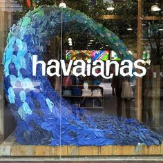 I have been a bit busy lately and didn't have a lot of energy with the warm and sunny weather (finally summer here in the Netherlands!), to work on my blog. Because of my summer mood, I want to share this very creative high summer window display of Havaianas. Clever out of the box thinking with a sheer number of flip flops in the shape of a wave in various water shades.