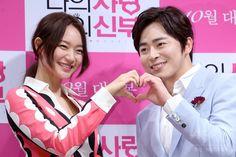 韓国・ソウル(Seoul)で行われた、映画『私の愛、私の花嫁(My Love, My Bride)』の制作報告会に臨む、俳優のチョ・ジョンソク(Cho Jung-Seok、右)と女優のシン・ミナ(Shin Min-a、2014年9月1日撮影)。(c)STARNEWS ▼6Sep2014AFP|ラブコメディー映画『私の愛、私の花嫁』、制作発表会開催 http://www.afpbb.com/articles/-/3025063 #Shin_Min_a #Cho_Jung_Seok
