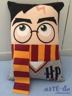 De um pottermaníaco, para outro! <3 Almofada Harry Potter em feltro tamanho 30x43 cm #harrypotter #potter #lumus #potterish #avadaKedavra #jkRowling #feltro #felt #pottermaniaco #potterhead #almofada