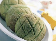 melon bread - This melon bread is a green twist on the classic Japanese sweet bun. The Matcha Melon Bread is essentially melonpan, but incorporates a variety of . Bari, Melon Bread, Matcha Dessert, Green Tea Ice Cream, Green Tea Recipes, Matcha Smoothie, Sweet Buns, Green Tea Benefits, Japanese Sweets